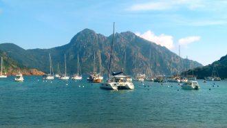 Vue sur les bateaux depuis la plage de Girolata, Corse
