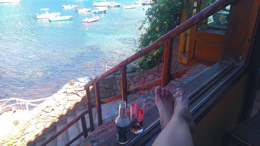 Le repos d'arrivée, corsica cola, sans chaussure, vue sur les bateau, tranquille à Girolata, Tra Mare e Monti, Corse, Randonnée