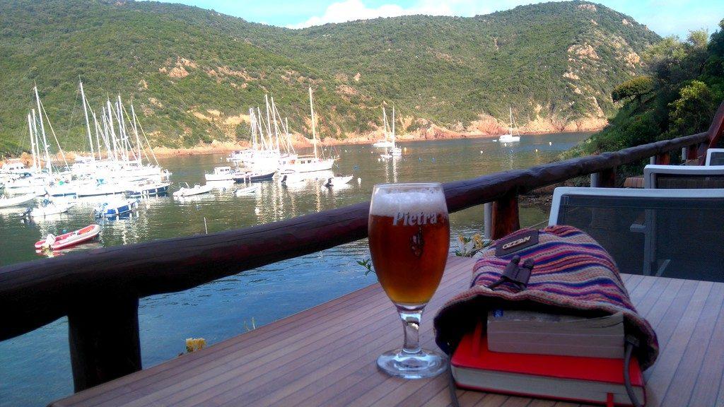 Mon apéritif d'arrivée après la journée de marche sur le Tra Mare e Monti, randonnée Corse, au gîte du Cormoran à Girolata