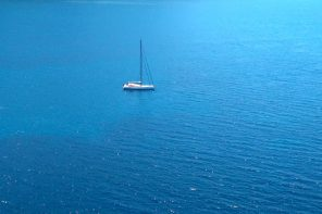 Voilier solitaire dans la méditerranée, dans la baie de Girolata, Corse, Mare e Monti