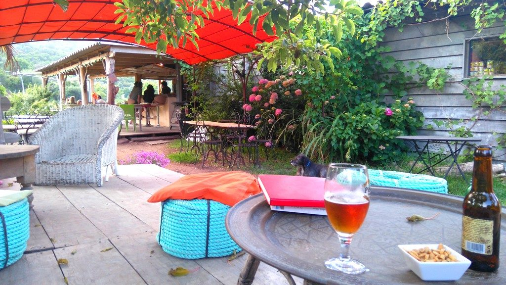 Apéritif bière Corse Pietra à la Chataîgne, au Gobi Café, à Girolata, Corse