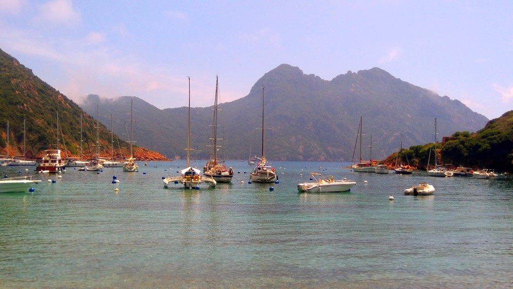 Vue depuis la plage de Girolata, village Corse accessible uniquement par bateau ou à pieds