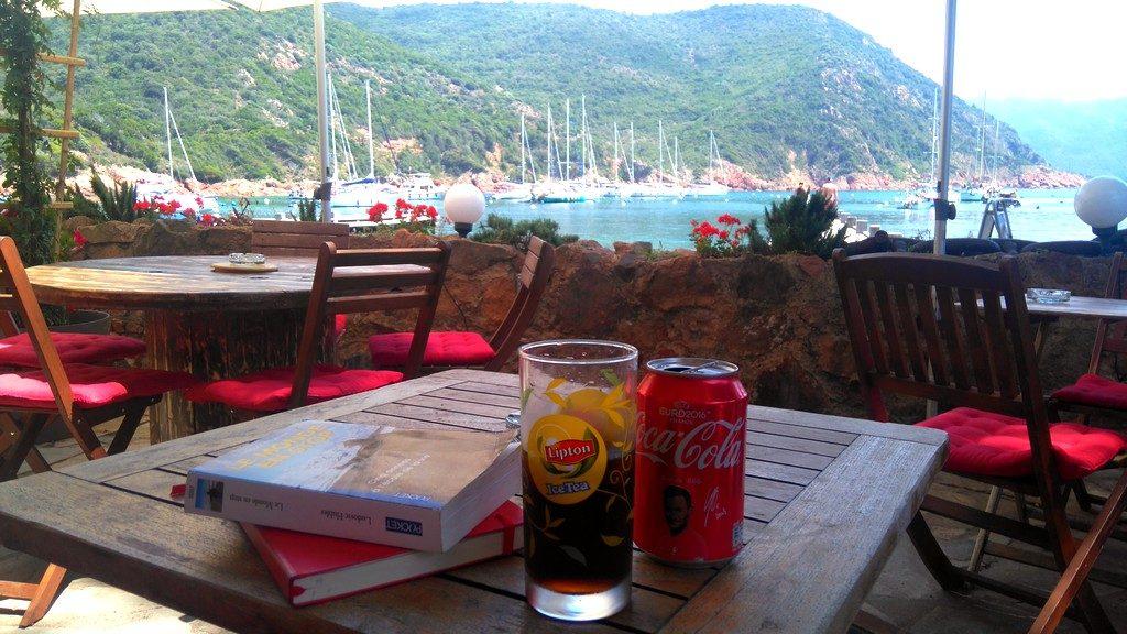 Pause calme, lecture, écriture, tranquille à Girolata, terrasse sur la plage de la Cabane du Berger