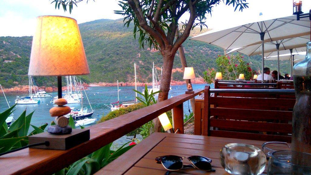 Diner au restaurant le Bon Espoir, vue sur la baie de Girolata en Corse