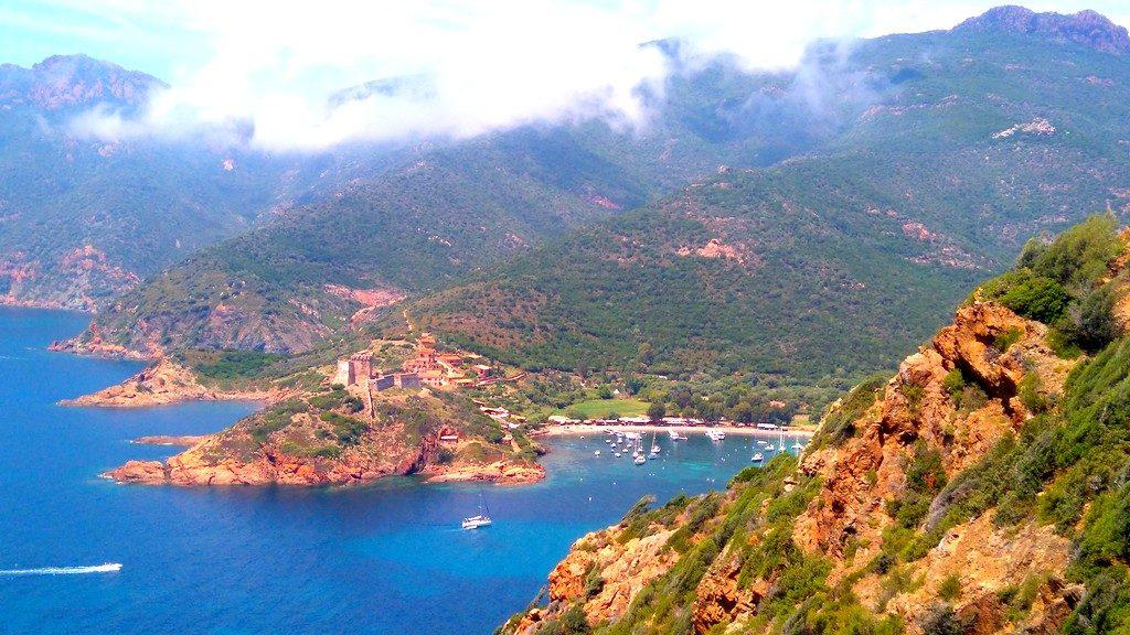 Vue sur le village de Girolata depuis le sentier du douanier, Corse, Mare e Monti