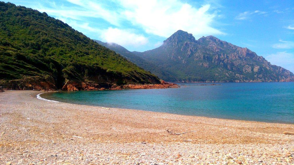 Plage de Tuara, repos en solo sur cette plage de Giroalta en Corse accessible à pieds