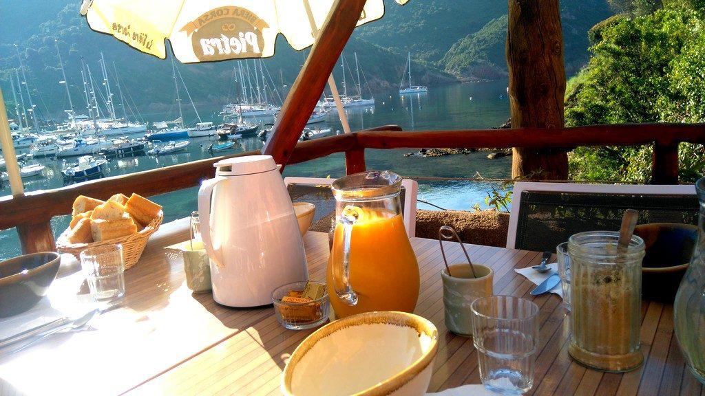 Petit déjeuner sur la terrasse du Gîte le Cormoran à Girolata en Corse