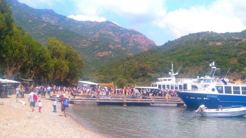 Touristes en attente devant leur bateau après la pause à Girolata, en Corse