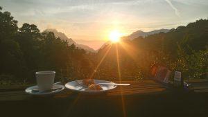 Fin de rapas avec le coucher de soleil depuis le Gîte de Ceccaldi à Marignana, montagne et mer Corse. Sur le chemin du Mare e Monti