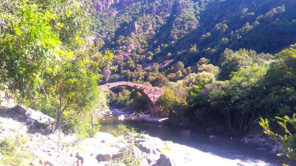 Le Pont Gênois de Zaglia, sur la rivière Spilonca. Etape de la randonnée Mare e Monti en Corse, de Ota à Marignana