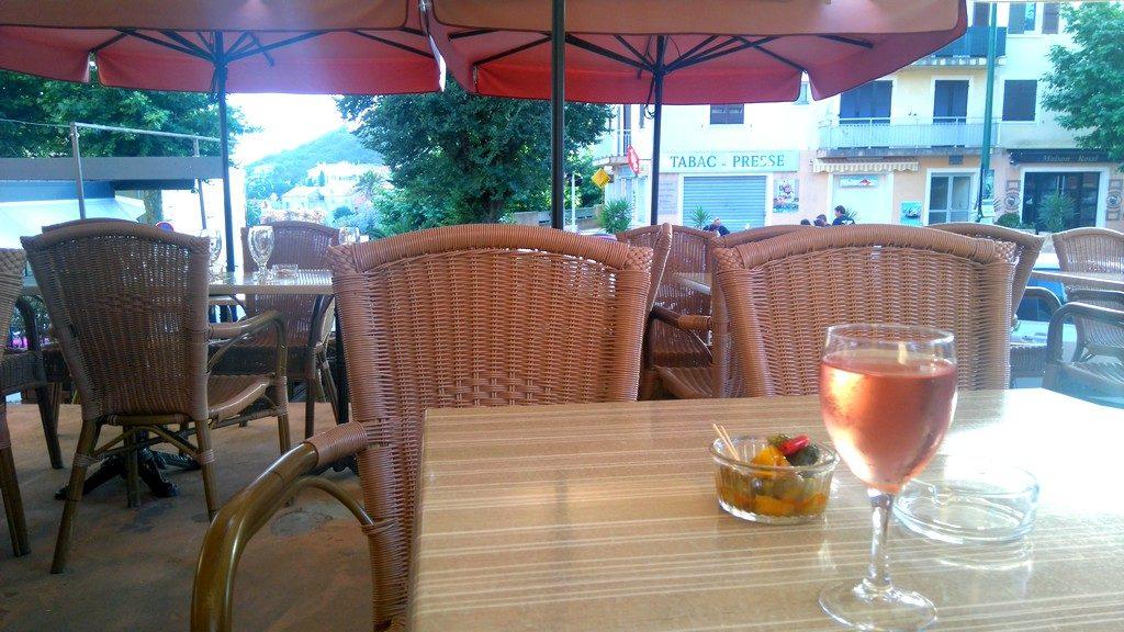 Apéritif au bar le Chantilly à Cargèse en Corse, pour une expérience typique et locale