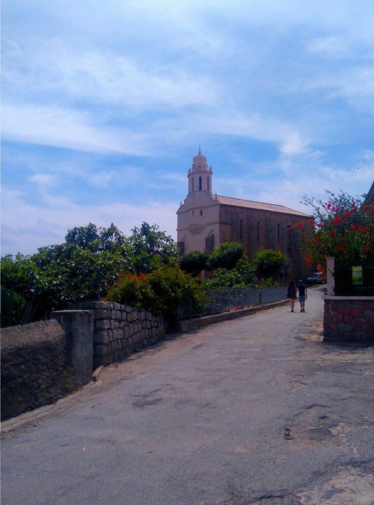 Corse, arrivée de la randonnée Mare E Monti Nord, à Cargèse, Corse. Vue sur l'église grecque