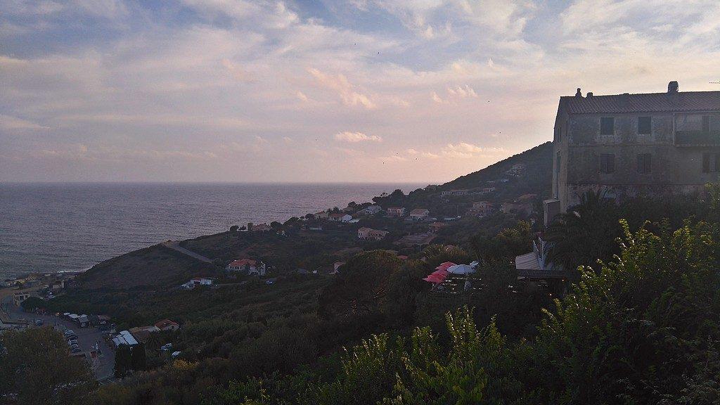 Vue depuis la rue de la république à Cargèse en Corse. Vue sur la Baie de Cargèse, en bas le restaurant A Volta et sa terrasse panoramique