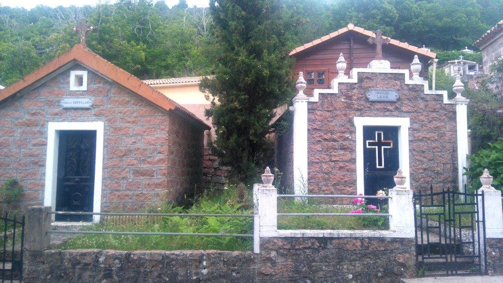 Sur le chemin, de la randonnée du Mare E Monti Nord en Corse, arrivée à Marignana par le cimetière Corse