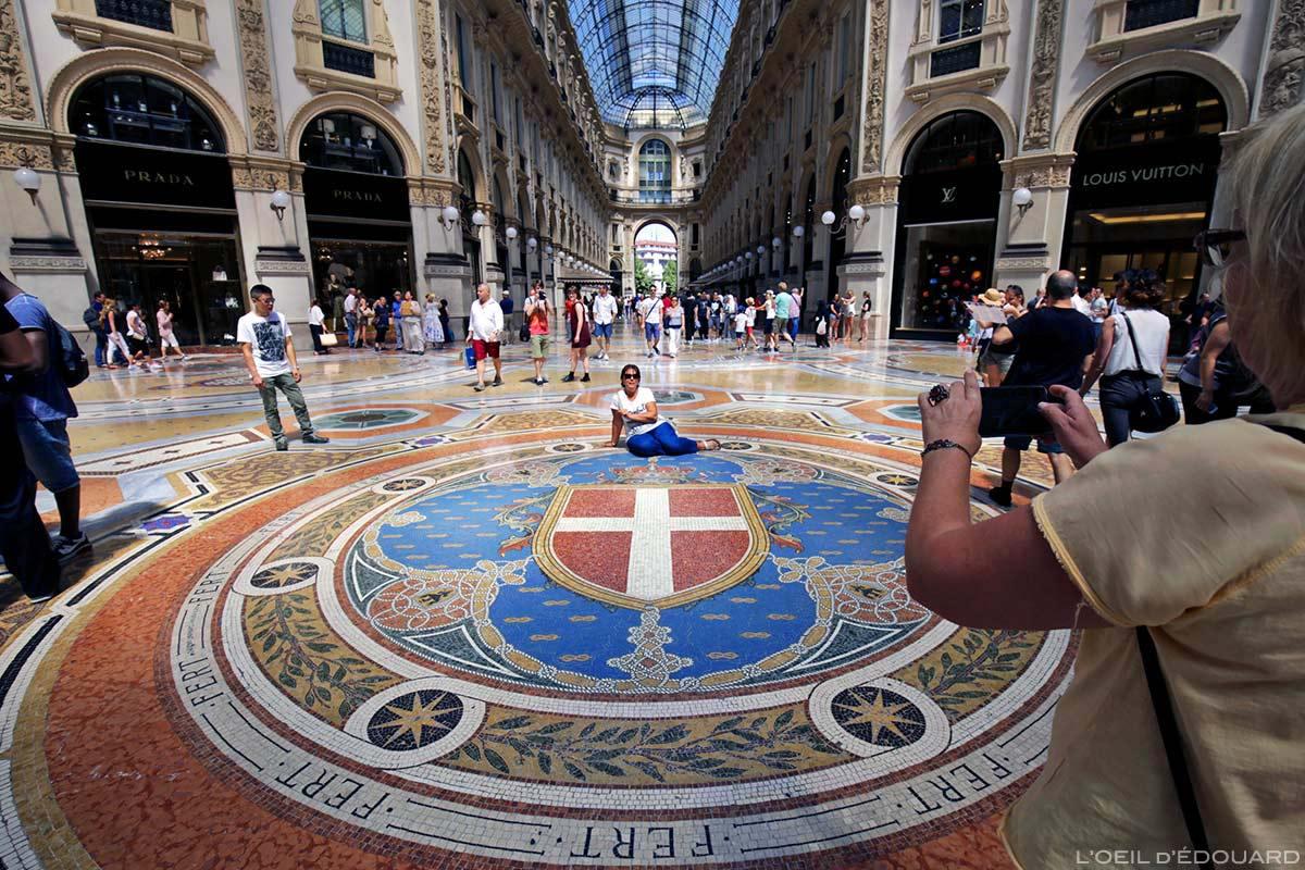 Mosaïque Croix de Savoie au centre de la Galleria Vittorio Emanuele II de Milan © L'Oeil d'Édouard