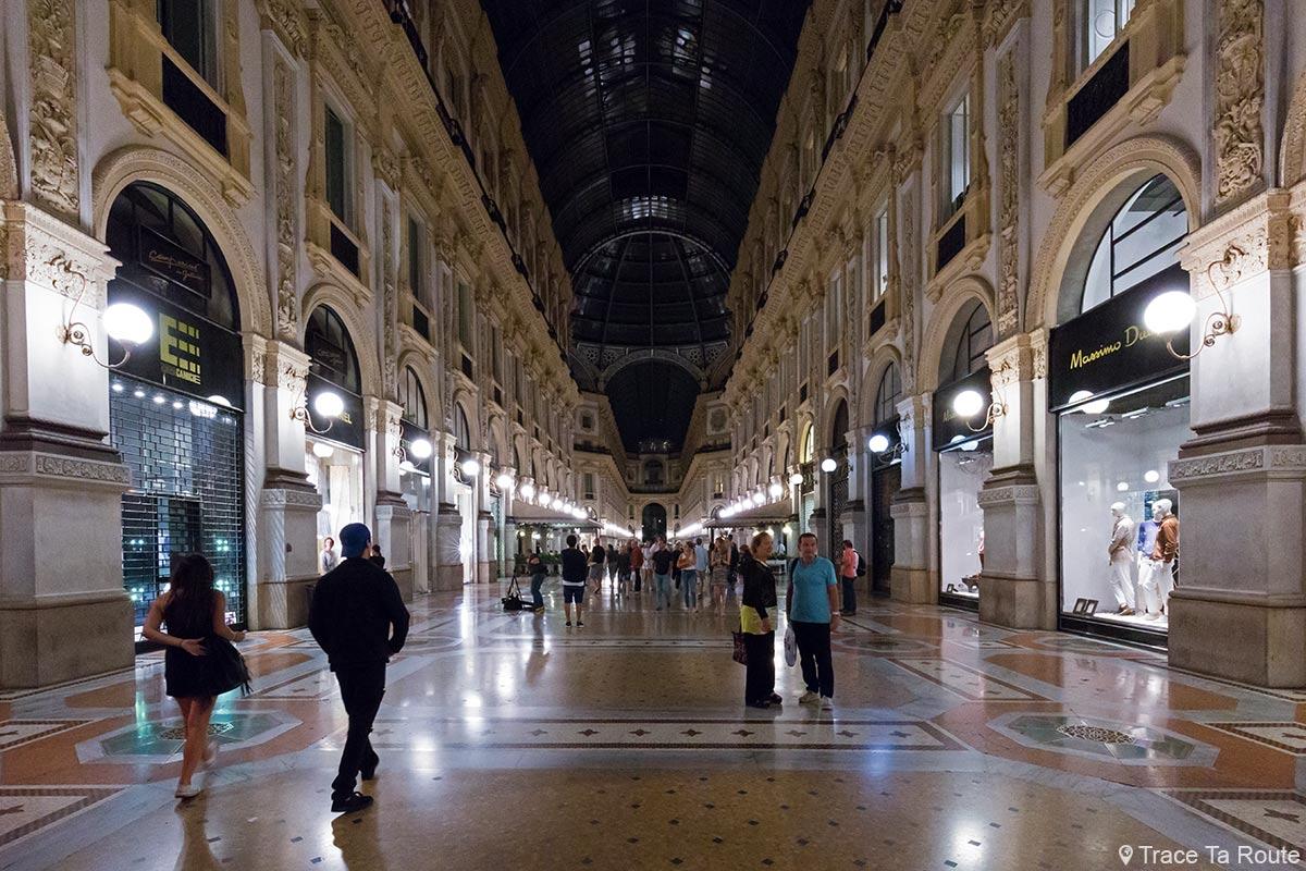Magasins dans l'allée de la Galleria Vittorio Emanuele II de Milan de nuit