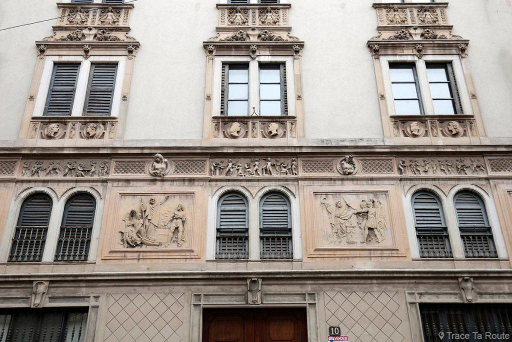 Façade sculptée (moulures et bas-reliefs) dans une rue de Milan