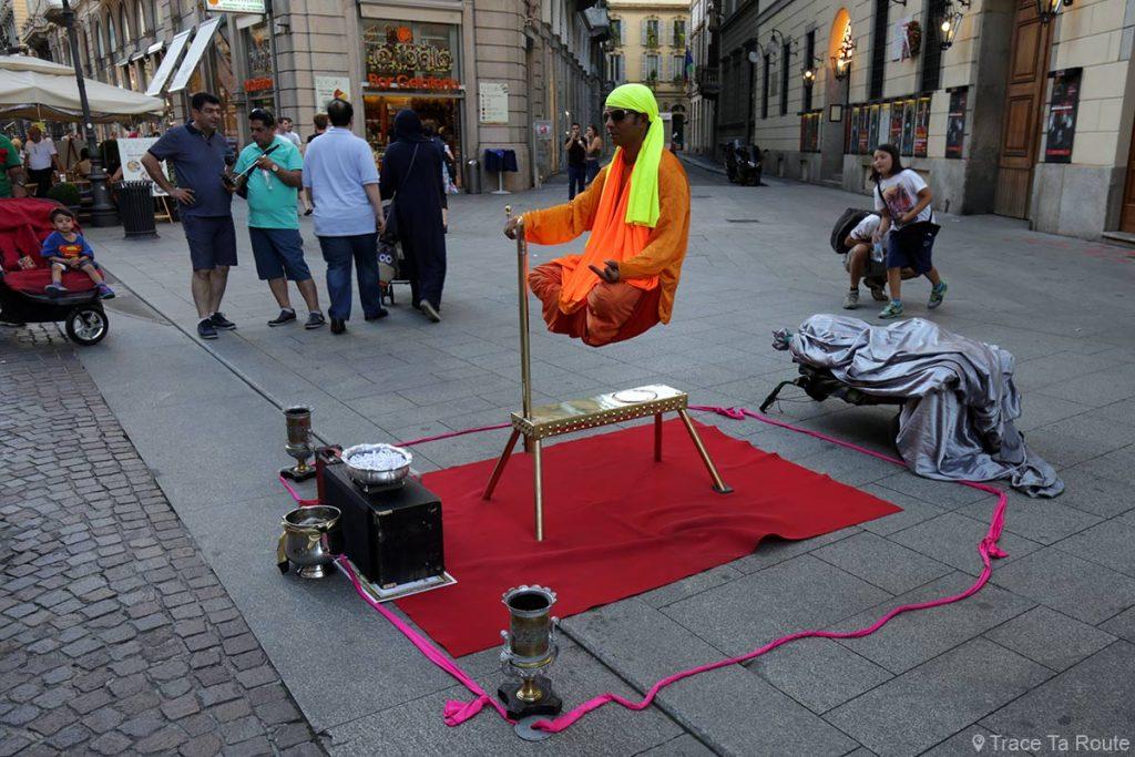 Rue de Milan : spectacle de magie sur la rue Via Dante, Flying Indian fakir Milano