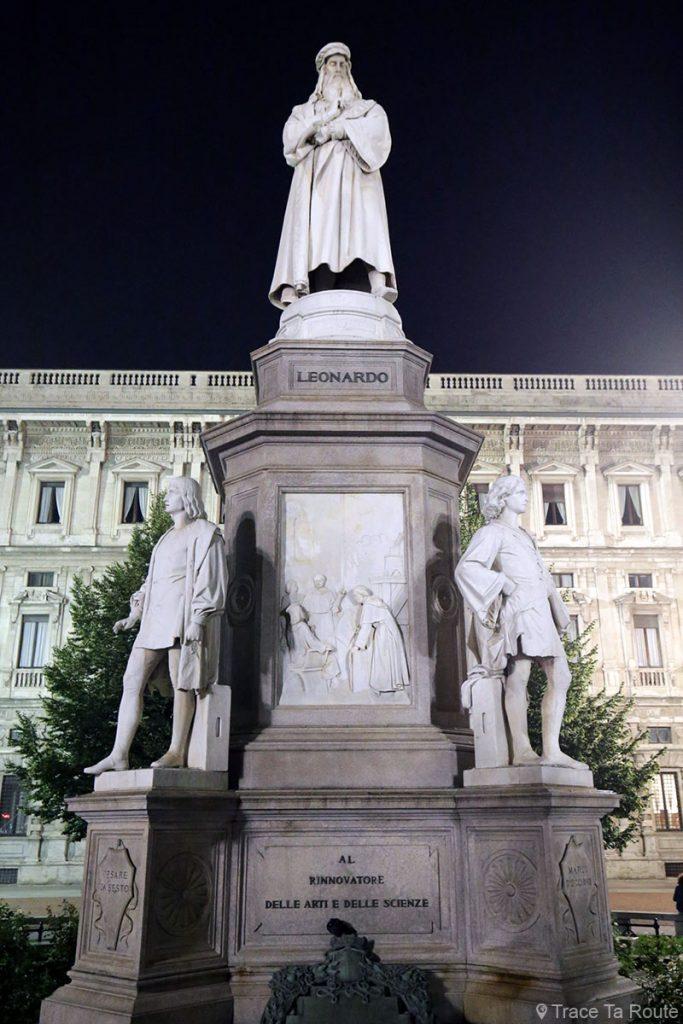 Sculpture de Léonard de Vinci sur la Piazza della Scala, Milan - la nuit