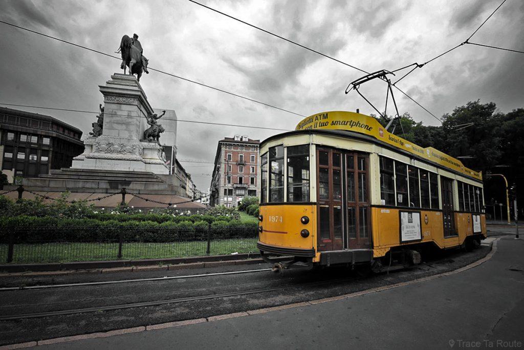 Tram de Milan devant la statue sur la place Largo Cairoli Milano