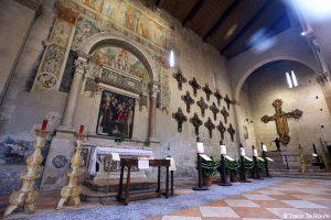 Crucifix de Lorenzo Veneziano et Baptistère sculpté par Brioloto - intérieur Nef de la Basilique San Zeno de Vérone - Basilica San Zeno Maggiore di Verona