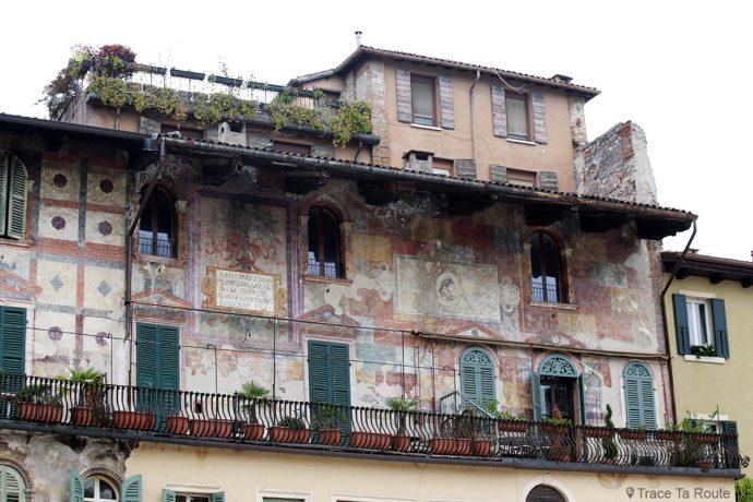 Vérone - Fresques sur les façades des maisons Piazza delle Erbe Verona