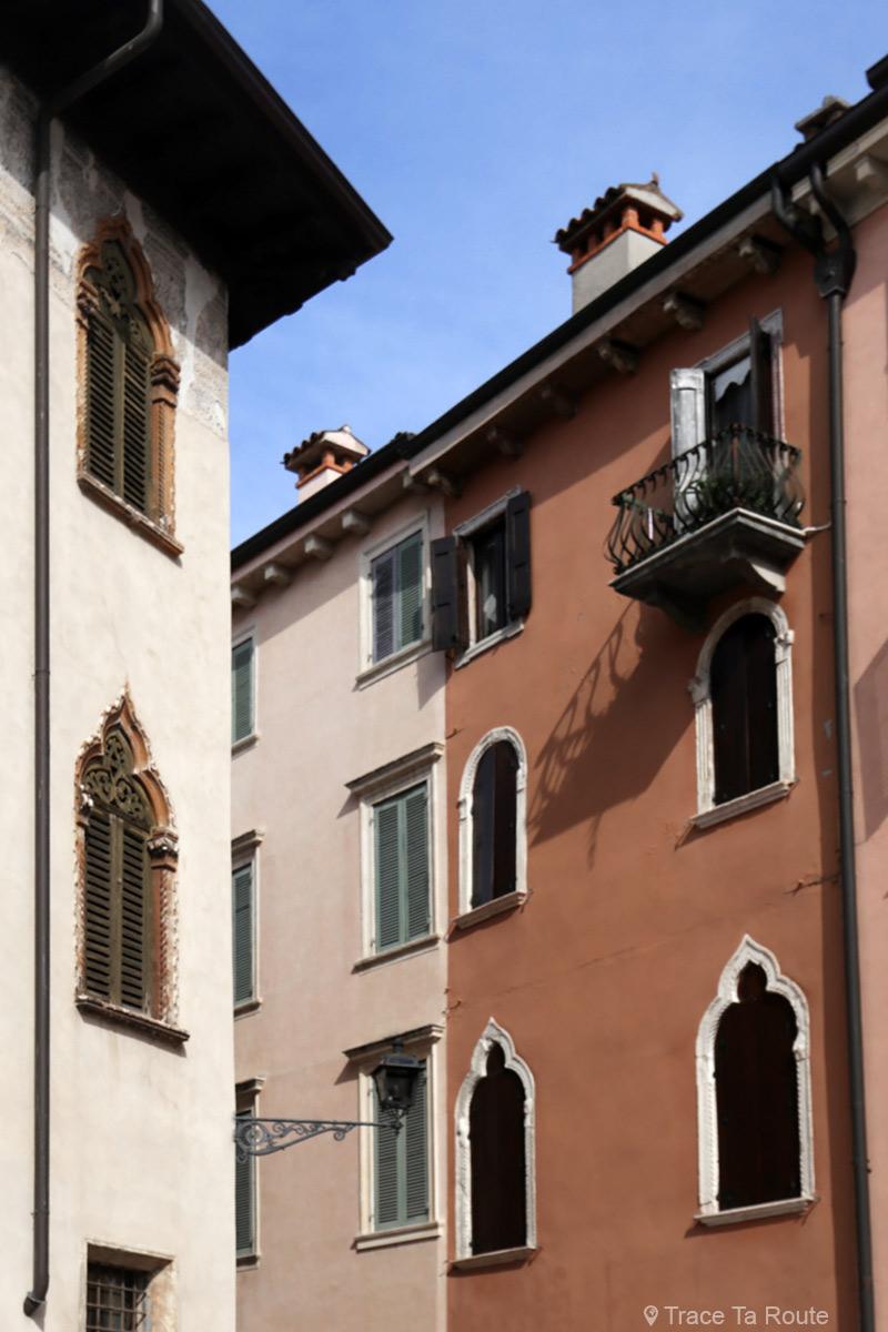 Vérone - Fenêtres sur les bâtiments de la Piazza du Vicolo Accoliti Verona