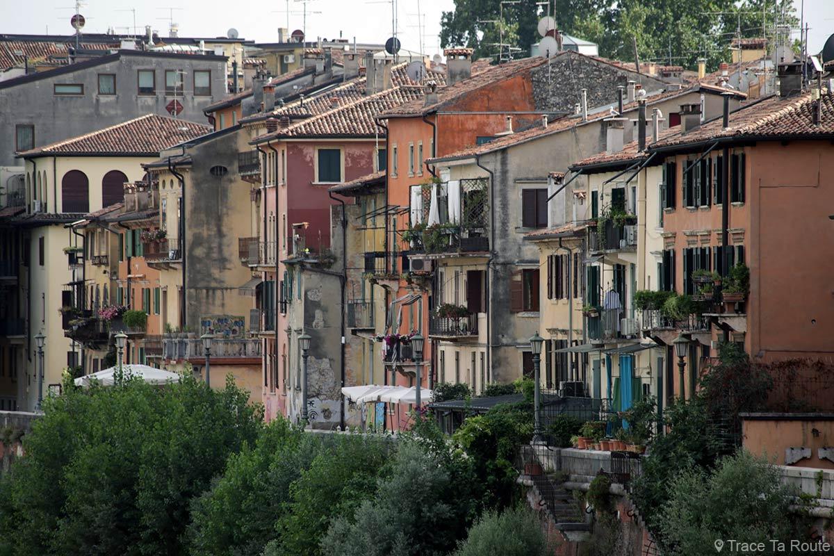 Vérone - Façades colorées bâtiments sur les bords de l'Adige Verona