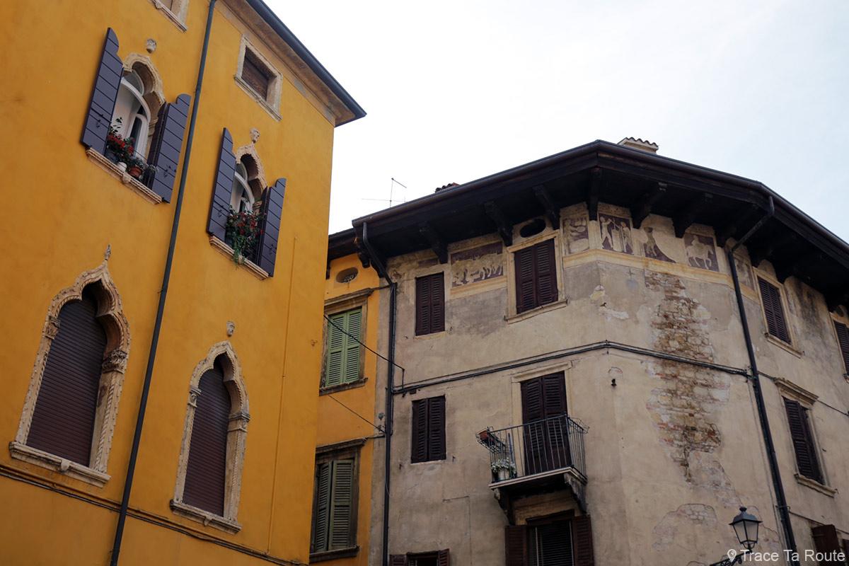 Vérone - Fenêtres et fresques sur des bâtiments de la rue Via Ponte Pietra Verona