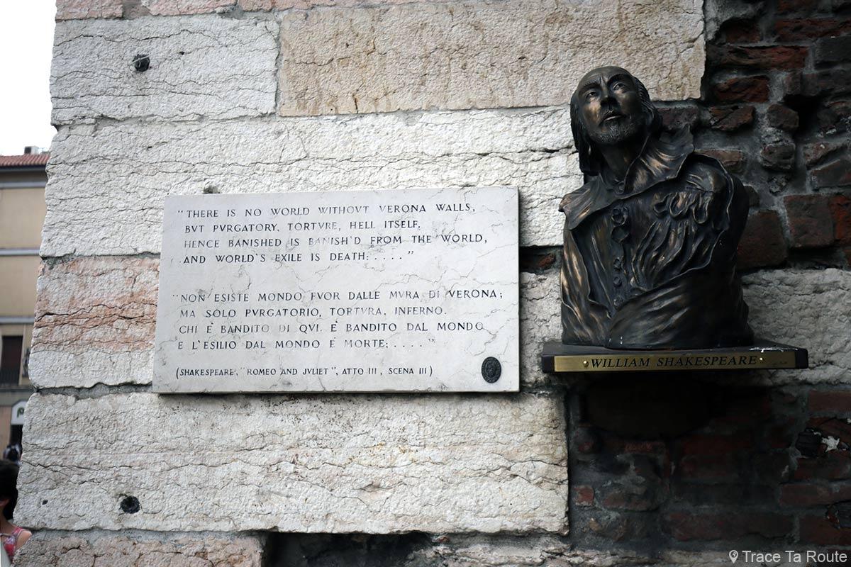 Vérone Plaque citation Romeo et Juliette sculpture buste de William Shakespeare sur les portoni della Brà di Verona Romeo e Giuletta