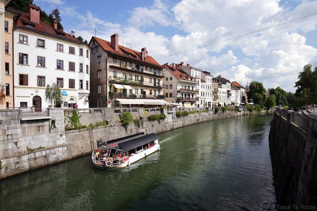 Quai de la rivière Ljubljanica dans le centre de Ljubljana, Slovénie - Slovenia / Slovenija