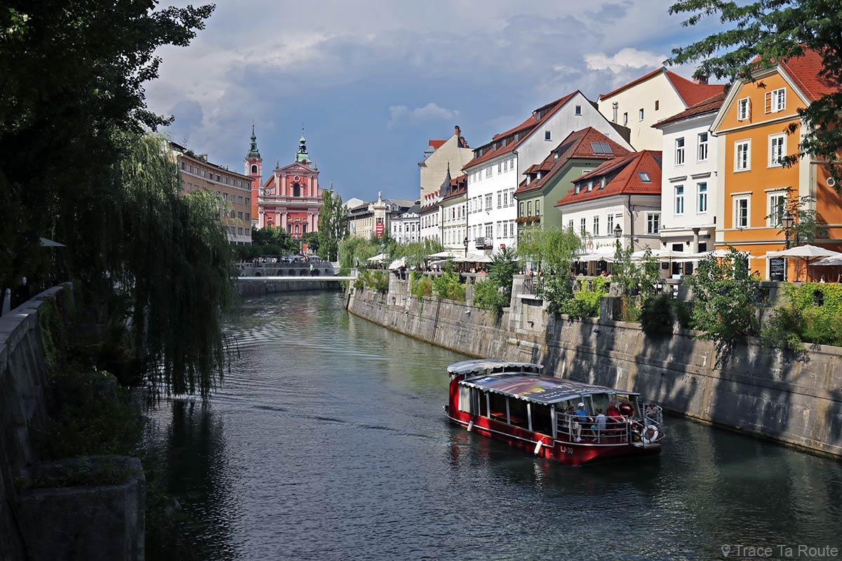 Immeubles colorés sur les bords de la rivière Ljubljanica dans le centre de Ljubljana, Slovénie - Slovenia / Slovenija