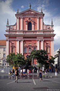 L'Église Franciscaine Sainte-Marie-de-l'Annonciation (Cerkev Marijinega oznanjenja) sur la Place Prešernov trg de Ljubljana, Slovénie
