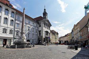 Rue piétonne Mesni trg dans la veille ville de Ljubljana avec la fontaine Robbov vodnjak et l'Hôtel de ville, Slovénie