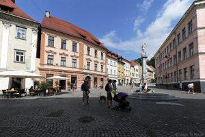 Fontaine sur la Place Gornji trg dans la vieille ville de Ljubljana, Slovénie