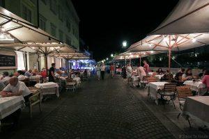 Terrasses de restaurants sur Cankarjevo nabrejeẑje à Ljubljana, Slovénie