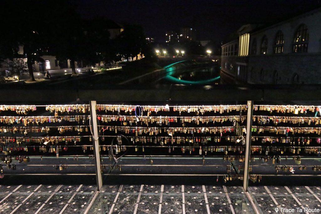 Cadenas accrochés sur le Pont Mesarski most à Ljubljana la nuit, Slovénie by night