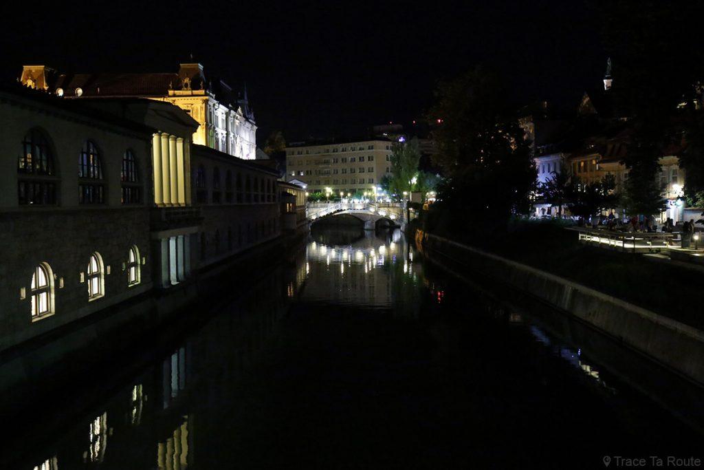 La rivière Ljubljanica avec le Triple Pont de Ljubljana la nuit, Slovénie by night