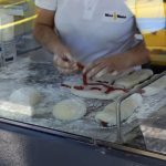Fabrication d'un bolo do caco à Funchal, spécialité gastronomique de Madère