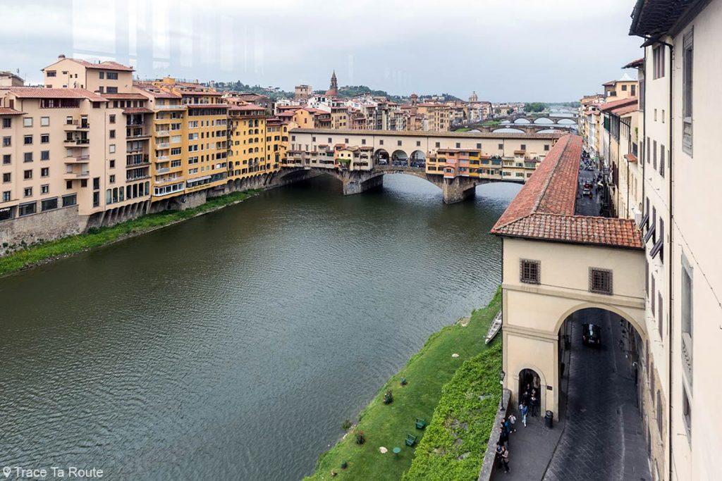 Vue sur le Ponte Vecchio et l'Arno depuis la loggia de la Galerie du Musée des Offices de Florence (Galleria degli Uffizi di Firenze)