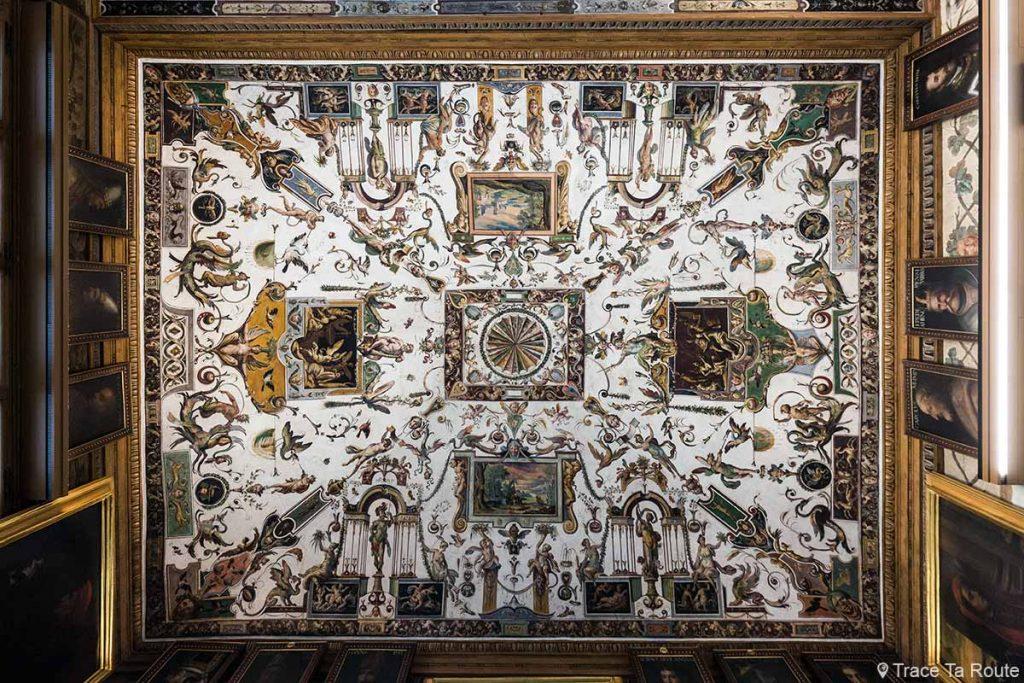 Plafond décoré du couloir corridor du Musée de la Galerie des Offices de Florence