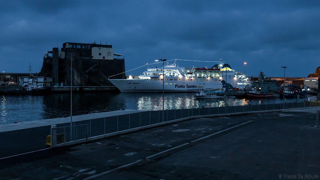 Bateau ferry Porto Santo line dans le port de Funchal, Madère / Madeira