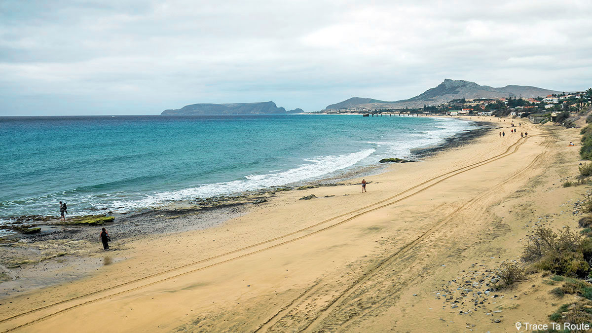 Plage sur l'Île de Porto Santo de Madère Praia Dourada / Madeira Islands