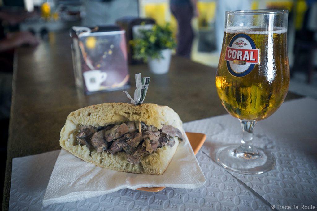 Bolo do caco al carne em vinho d'alhos dans le bar snack Mercado Velho de Vila Baleira, Île de Porto Santo, Madère / Madeira