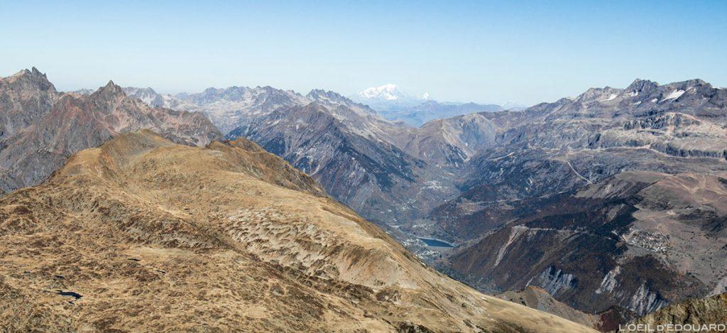 La Chaine de Belledonne, le Lac du Verney, Vaujany, le Mont Blanc et les Grandes Rousses depuis le sommet du Taillefer