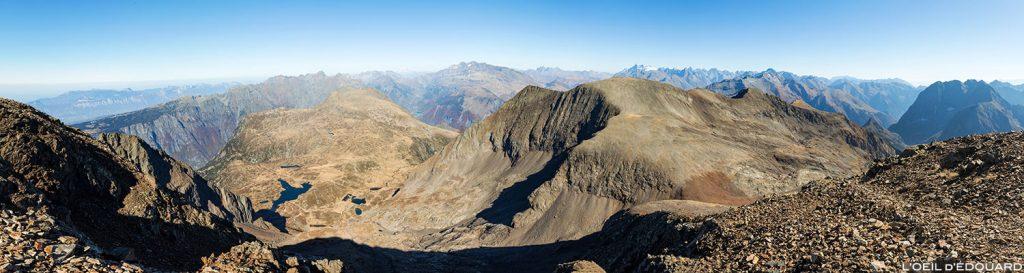 Vue Nord au sommet du Taillefer : le Lac Fourchu, la Pyramide, le Grand Galbert, la Chaine de Belledonne, le Massif des Écrins