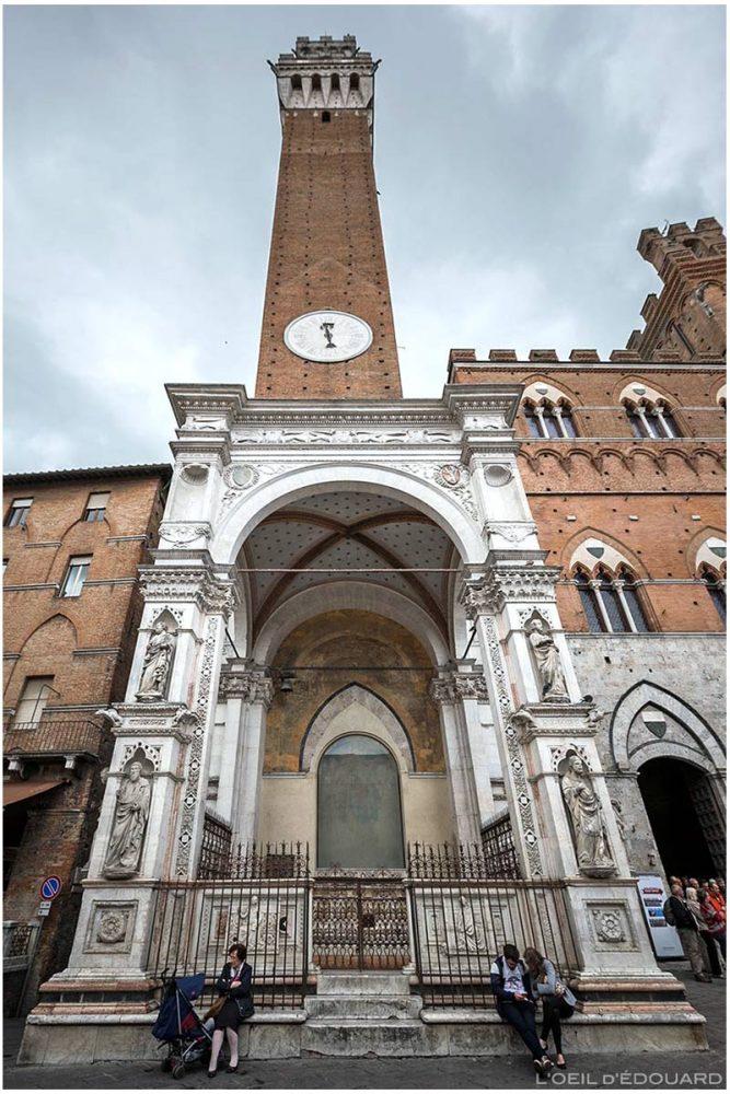 Cappella di Piazza et la tour Torre del Mangia du Palazzo Pubblico de Sienne
