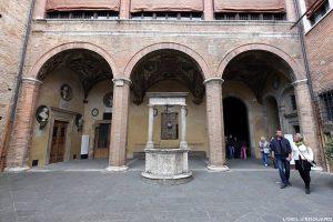 Visite de Sienne : puits pozzo di Palazzo Chigi Saracini, Siena