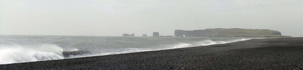 Plage de sable noir à Reynisfjara avec Dyrholaey en fond, Islande
