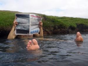 Bain dans la rivière chaude de Reykjadalur, Islande